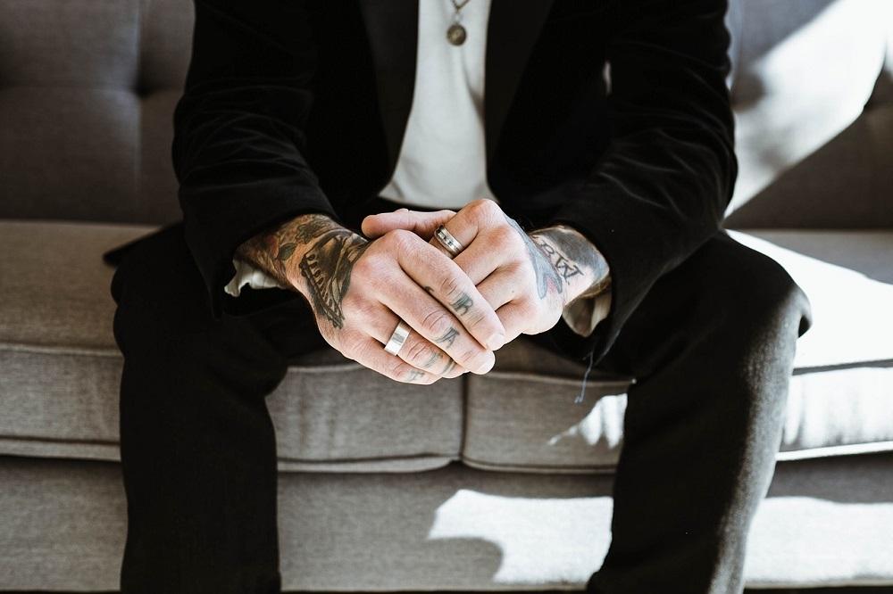 Tatouage doigt pour homme et femme : Signfication, et exemples
