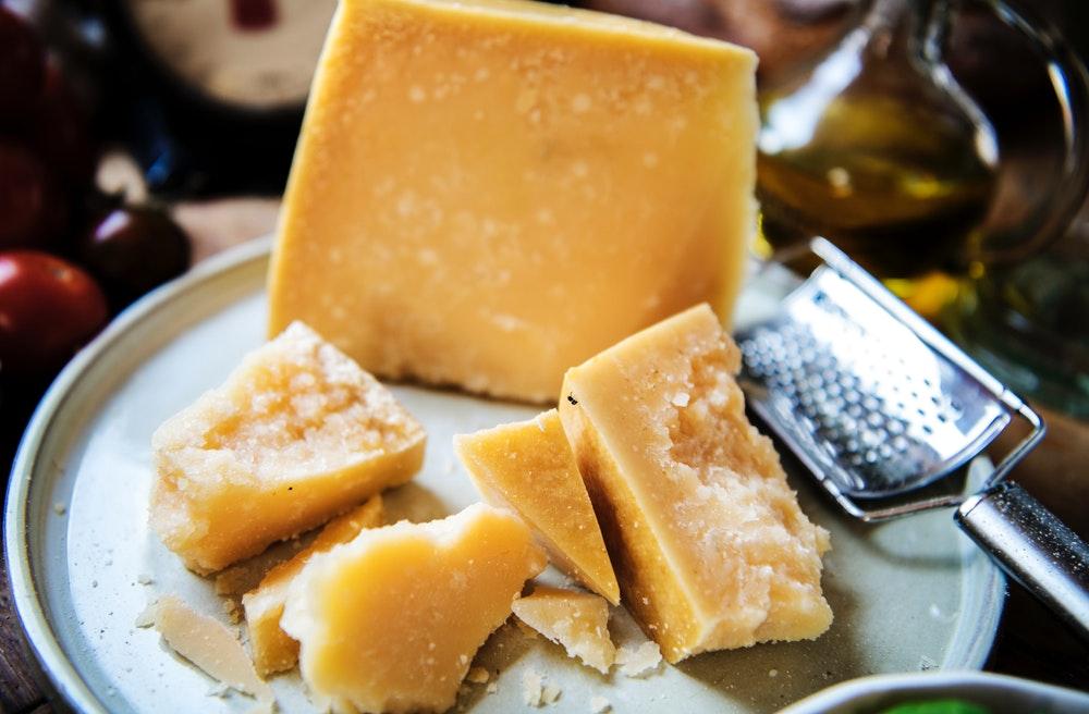 Couteaux à fromage : lesquels choisir selon les fromages ?