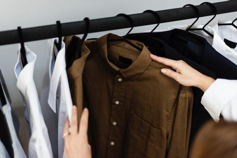 Des astuces simples, rapides et efficaces pour enlever une tache de colle sur un vêtement