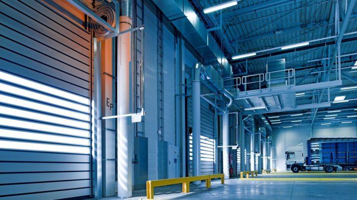 Rideau industriel coulissant : créez aisément des cloisons au sein d'un entrepôt