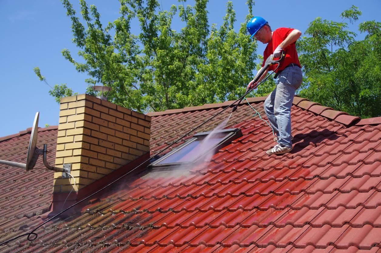 Faire un démoussage toiture avant de vendre pour augmenter la valeur d'une maison.